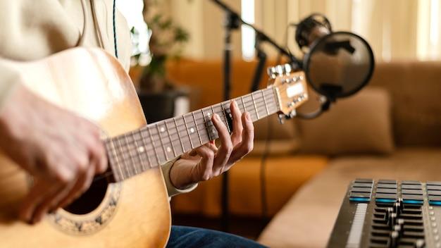 音楽を練習する創造的な人