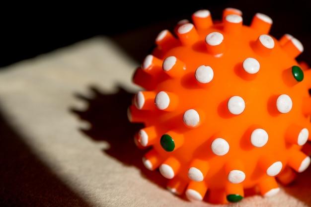 コロナウイルス球モデルのクリエイティブ写真