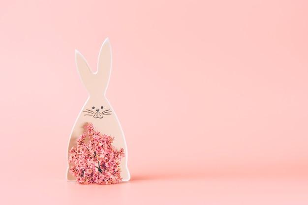 Творческое фото пасхального кролика на красочном фоне.