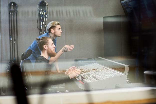Креативные продюсеры делают музыку в студии