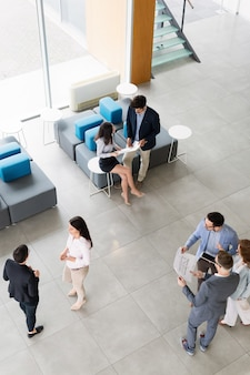 사무실에서 비즈니스 프로젝트를 진행하는 창의적인 전문 비즈니스 사람들
