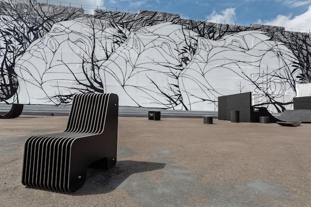 Креативная база отдыха с современной черной мебелью и квартером
