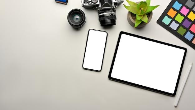 Креативный офисный стол со смартфоном и цифровой планшетной камерой