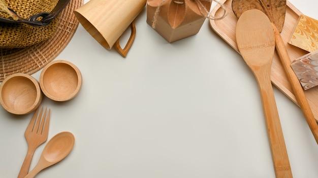 木製の台所用品と白い背景のコピースペース、上面図、ゼロウェイストコンセプトのクリエイティブシーン
