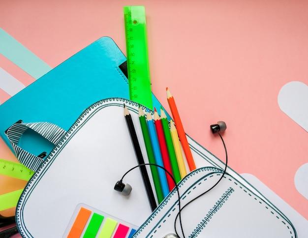 Креативная школьная сумка из бумаги со школьными канцтоварами. закройте