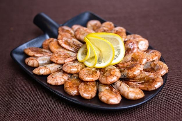 세련된 접시에 요리사가 만든 새우를 창의적으로 제공합니다.