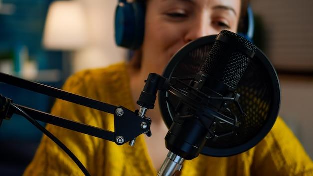 팟캐스트용 홈 스튜디오에서 크리에이티브 쇼 블로거 발표자가 사운드를 녹음합니다. 온에어 온라인 제작 인터넷 방송 쇼 호스트 인터넷 웹을 사용하여 디지털 소셜 미디어용 라이브 콘텐츠 스트리밍