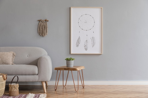Креативный интерьер просторной гостиной с копией космического дивана и аксессуаров в стиле бохо