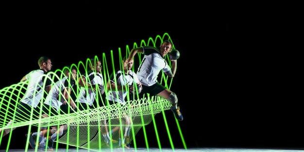 Творческий спорт на фоне темной неоновой подсветкой линии. тренировка гандболиста в действии и движении на красочных волнах. понятие о хобби, здоровом образе жизни, молодежи, движении, современном стиле. листовка.