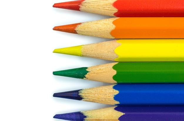 Lgbtの旗、白いテーブルの背景に色鉛筆、ゲイとレズビアンのコミュニティ、性的マイノリティの概念と寛容の写真のクリエイティブなストックフォト