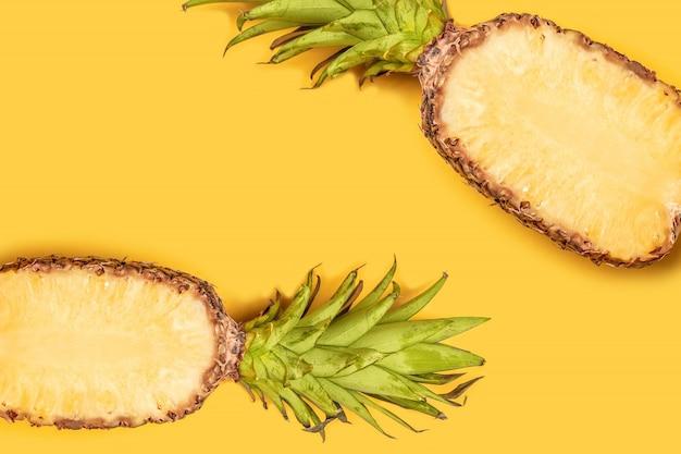 창의적인 여름 과일 개념입니다. 파스텔 노란색 배경에 잘 익은 파인애플.