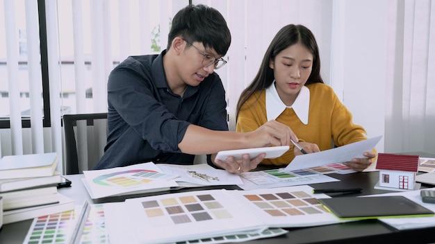 Креативная команда анализирует и планирует мозговой штурм над общим проектом в дизайн-студии coworking space.