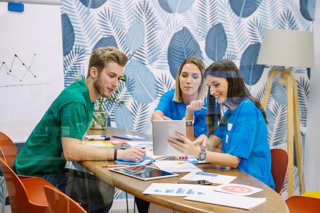 Творческая команда, которая обсуждает применение социальных сетей