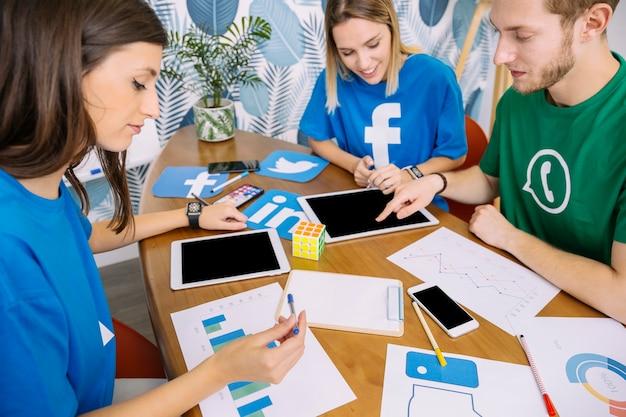 소셜 미디어 응용 프로그램에 대해 토론하는 크리에이티브 팀