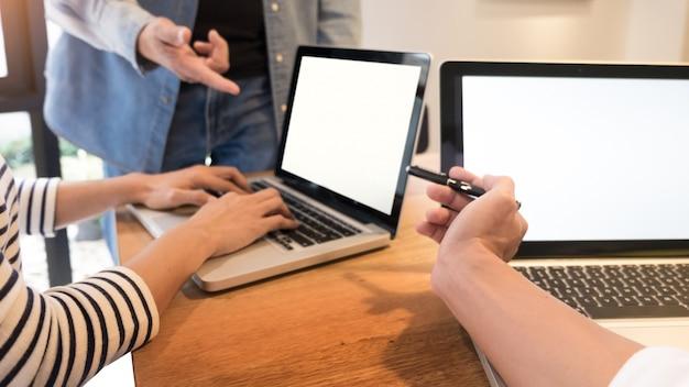 Творческая команда. молодой деловой человек, работающий с проектом запуска, анализирует планы графиков и обсуждает в офисе рабочей области, концепцию встречи мозговых штурмов.