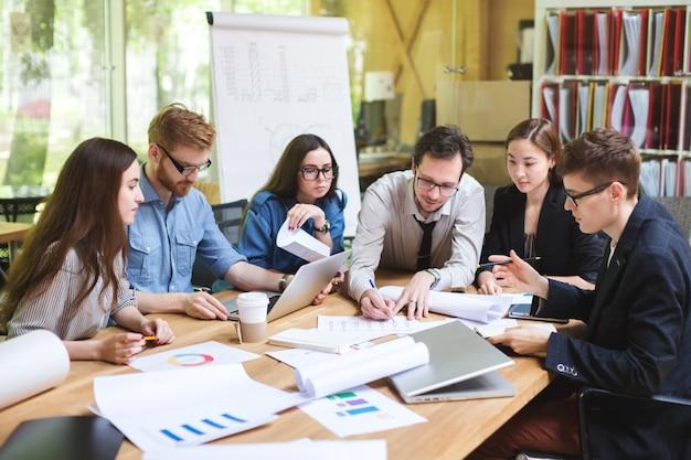 テーブルで専門家の創造的なチーム