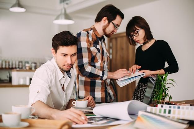 新しいプロジェクトに取り組んでいる若い建築家の創造的なチーム