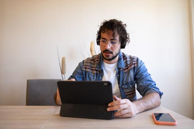 Творческая удаленная работа с его ноутбуком