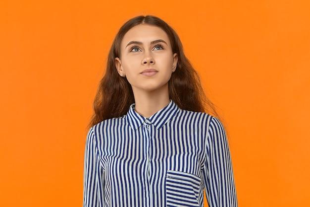 스트라이프 블라우스 찾고 창의적 사고 사랑스러운 젊은 여성 마케팅 전문가