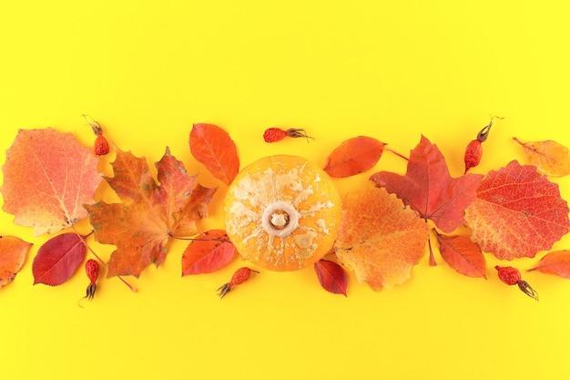 Творческий вид сверху плоской планировки осенней композиции на желтом фоне. шаблон баннера осеннего сезона. понятие о падении. осенний фон с красочными осенними листьями, копией пространства