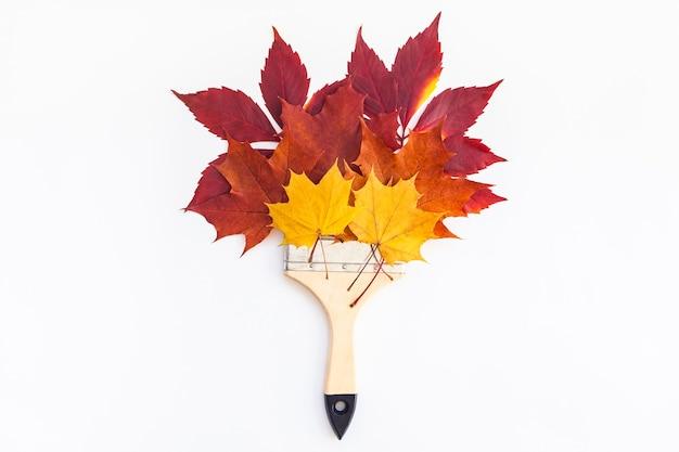 クリエイティブトップビューフラットレイ秋のコンセプト構成。ペイントブラシ乾燥した明るい紅葉