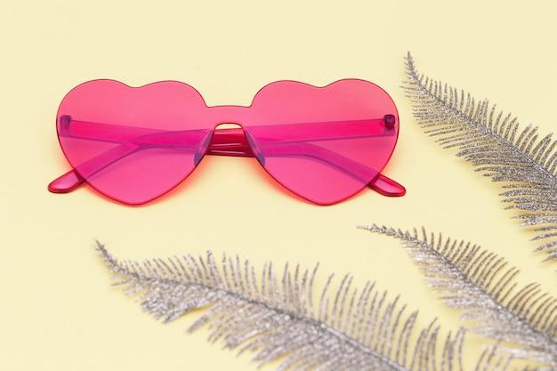 Креативный вид сверху с современными солнцезащитными очками очки в форме сердца