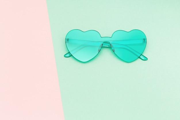 Творческий вид сверху с современными солнцезащитные очки на фоне бумаги. очки в форме сердца пастельных тонов. летняя концепция минимальной геометрии. квартира лежала с копией пространства.