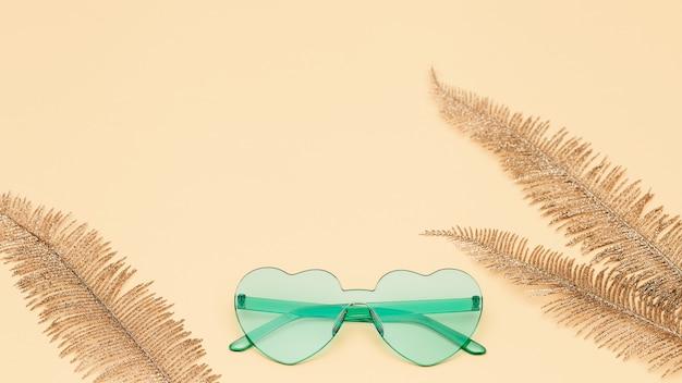 종이 바탕에 현대적인 선글라스와 크리 에이 티브 최고 볼 수 있습니다.
