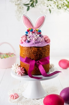 バニーの耳で飾られた創造的な伝統的なイースターケーキ。イースターケーキデコレーション