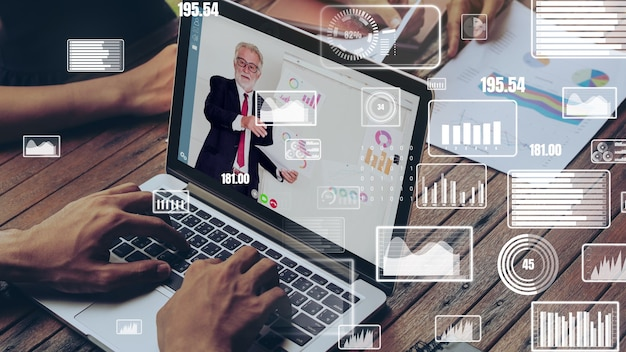 ビデオ通話での企業スタッフ会議でのビジネスマンのクリエイティブなビジュアル