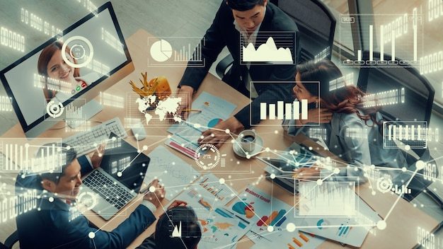 화상 통화에 대한 기업 직원 회의에서 비즈니스 사람들의 창의적인 시각