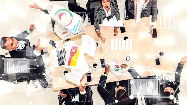 Креативный визуальный образ деловых людей на корпоративном собрании персонала