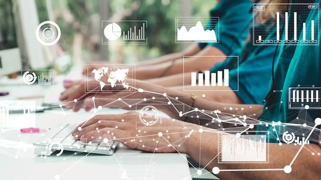 Творческий визуальный образ деловых людей, работающих за компьютерным столом