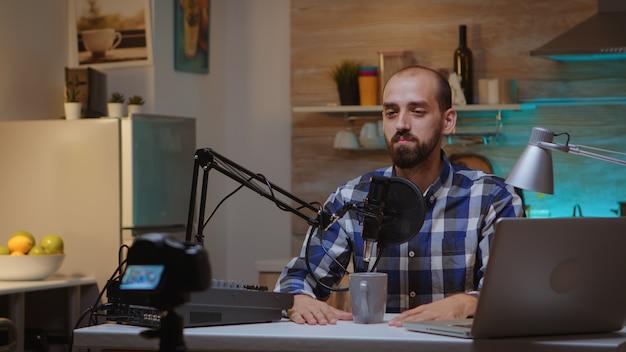 홈 스튜디오의 프로덕션 스테이션을 사용하여 크리에이티브 블로거 녹화 팟캐스트. 크리에이티브 온라인 쇼 온에어 프로덕션 인터넷 방송 호스트 스트리밍 라이브 콘텐츠, 녹음 디지털 소셜 미디어 커뮤니티