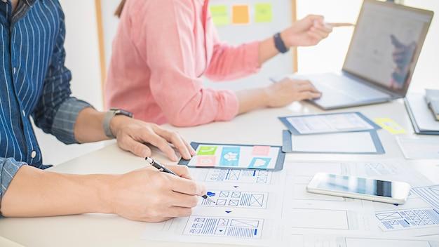 クリエイティブwebデザイナーの計画アプリケーションと開発テンプレートレイアウト、携帯電話のフレームワーク。