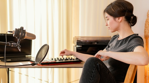집에서 음악을 연습하는 창조적 인 여자