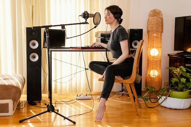 Donna creativa che pratica musica a casa