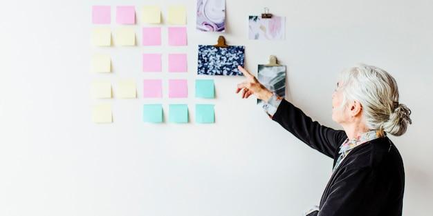 벽 소셜 템플릿에 사업 계획을 가진 창의적인 여성