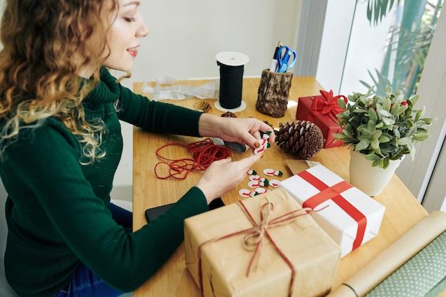 プレゼントをラッピングするクリエイティブな女性