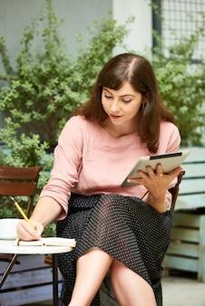日記で書く創造的な女性