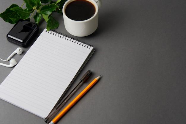 Креативное рабочее пространство, письменный стол. блокнот и чашка кофе. макет.