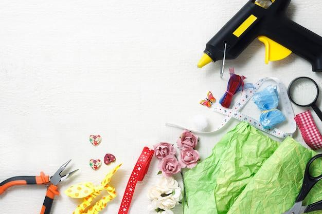 창조적 인 직장 개념 : 스크랩북 요소 및 장식 도구가있는 테이블의 상위 뷰