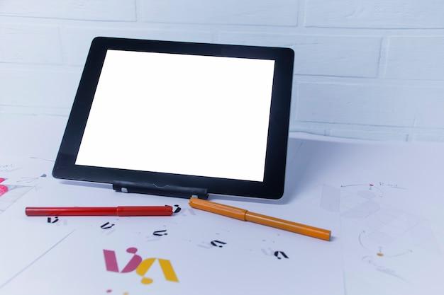 Творческое рабочее место графического дизайнера с планшетом. разработка логотипа для компании.
