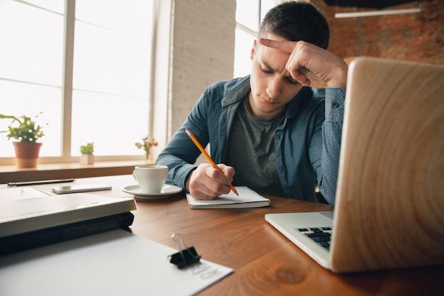 창의적인 작업 공간-영감을 얻기 위해 원하는대로 정리 된 작업 공간. 편안한 복장, 편안한 위치와 지저분한 테이블에 사무실에서 일하는 사람. 당신이 원하는 분위기를 선택하세요-이상적인 클리어 또는 카오스