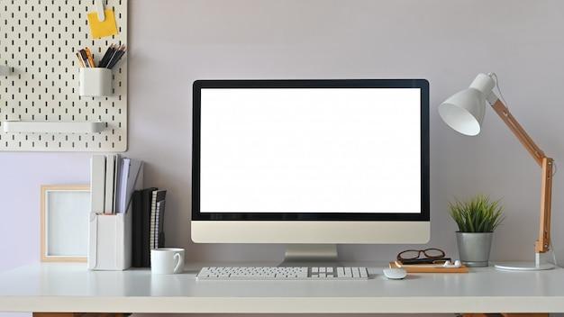 Творческое рабочее пространство. белый компьютер пустого экрана на столе офиса работая. оборудование на столе.