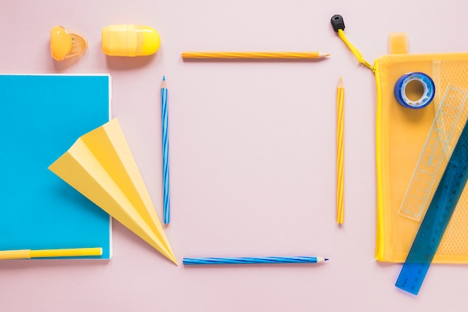 사각형 모양으로 배치 된 연필로 창조적 인 작업 공간