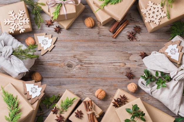 창의적인 제로 웨이스트 크리스마스 컨셉입니다. 수제 친환경 공예 포장지와 일본 전통 스타일의 보자기 패브릭 포장으로 된 선물 상자. 복사 공간 평면 위치 상위 뷰 배경