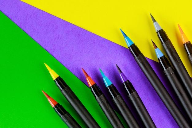 創造性と書道は、カラフルな水彩ブラシペンを提供します