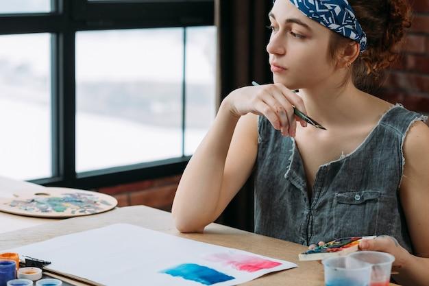 創造性と想像力。インスピレーションを探している物思いにふける女性画家の肖像画。