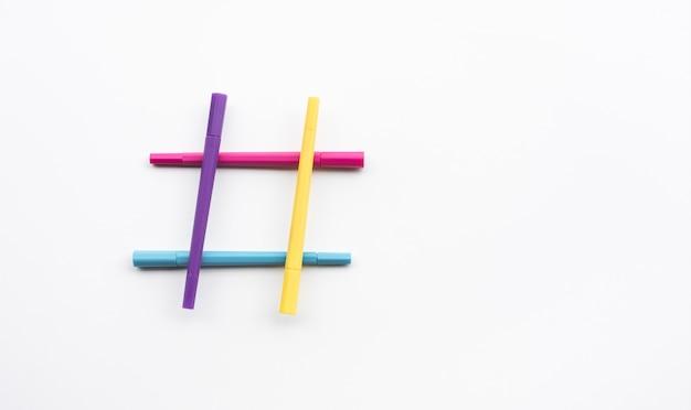 Концепции творчества со знаком хештега из красочного маркера